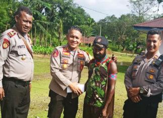 Kapolres Mimika AKBP Agung Marlianto, SIK, MH berjabat tangan dengan tokoh masyarakat kelompok bawah Distrik Kwamki Narama, Sabtu (28/7/2018)
