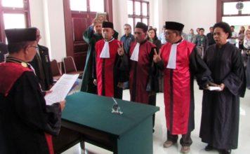 Tiga hakim ad-hoc PHI saat diambil sumpah dan dilantik di Pengadilan Negeri Klas1a Jayapura, Senin (20/8/2018)