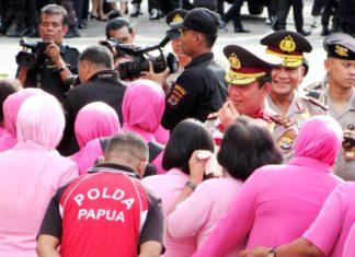Susana haru hingga mengalirkan air mata saat melepas kepergian Irjen Pol. Drs. Boy Rafli Amar,MH untuk bertugas di Jakarta sebagai Wakalemdiklat Mabes Polri