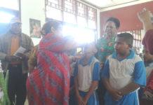 Kepala Dinas Kesehatan Kabupaten Biak Numfor, dr. Daisy Ch. Urbinas didampingi Asisten I, Frit Senandy saat memberikan imunisasi Rubella bagi anak di SD Santo Yoseph 2 Biak