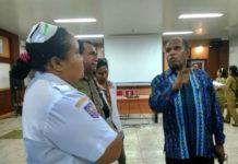 Caption : Ketua DPR Papua saat bincang-bincang dengan petugas RSUD Dok II Jayapura dalam kunjungan kerja bersama rombongan, Senin (27/8/2018). Berti Pahabol/PapuaSatu.com