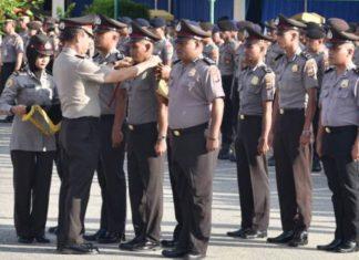 Penyematan tanda pangkat kepada anggota Polres Puncak Jaya yang meraih kenaikan pangkat luar biasa