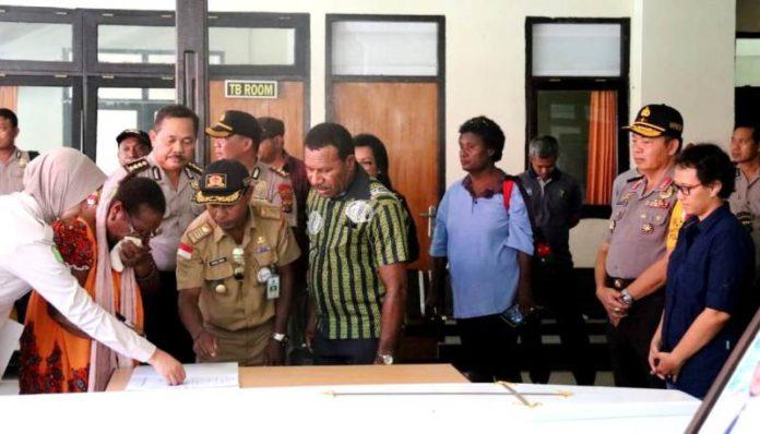Keluarga Sefule Leslie William (pilot) yang berkwarganegaraan Papua New Guinea sambil terisak menerima jenazah keluarganya di RS Bhayangkara, Kotaraja, Selasa (14/8/2018)