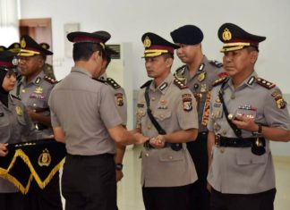 Kapolda Papua, Irjen Pol. Drs. Boy Rafli Amar,MH saat menyerahkan tongkat komando kepada para pejabat Kapolres yang baru dilantik, Sabtu (18/8/2018)
