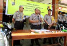 Kapolres Keerom, AKBP Mujib Windi Harto, saat memberi keterangan pers, Senin (27/8/2018)