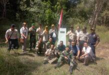 Peserta patroli gabungan patok batas negara saat berpose di salah satu patok perbatasan RI-PNG