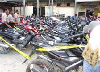 Kapolres Jayapura Kota, AKBP Gustaf R Urbinas saat menunjukkan 39 unit sepeda motor yang diamankan dari Rusunawa Uncen Perumnas III, Senin (3/9/2018)