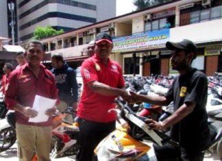 Kapolres Jayapura Kota, AKBP Gustaf R Urbinas saat menyerahkan barang bukti hasil Curanmor kepada pemiliknya yang sah, Sabtu (8/9/2018)