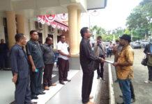 Caption : Koordinator Aksi Masyarakat Adat Papua, Timo Yelimolo saat menyerahkan pernyataan sikap ke anggota DPR-PB. Foto : Free/PapuaSatu.com