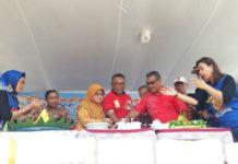 Pemotongan Tumpeng Perayaan HUT ke - 55 SMP Negeri 1 Jayapura oleh para guru dan alumni