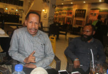 Caption : Tokoh intelektual Papua, Yan Matuan dan Tokoh Pegunungan Tengah, Deert Tabuni ketika memberikan keterangan pers di Abepura, Kamis (27/9/2018). Foto : Yos Itlay/PapuaSatu.com