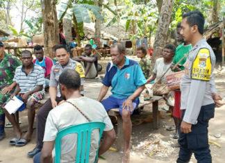 Caption : Dua anggota Bhabinkamtibmas ketika bertemu masyarakat untuk memberikan imbauan agar tidak terpangaruh adanya berita-berita hoax