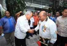 Caption : Gubernur Papua Lukas Enembe, saat bersalaman dengan Menteri PUPR, Dr. Ir. Hadi Muljono di kantor PUPR, Selasa (30/10/2018). Foto : Ist/PapuaSatu.com