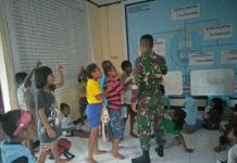 Caption : Tampak anggota babinsa Kepulauan Yapen saat mengajar anak-anak sekolah, pada Selasa (09/10/2018).