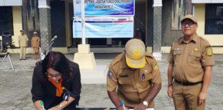 Caption: Dinkes Papua dan PT. Pos Indonesia Tanda Tangan Perjanjian Kerjasama Tanggulangi Penyakit TBC di Halaman Kantor Dinas Kesehatan Papua, Selasa (6/11/2018). Foto: ist / PapuaSatu.com