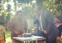 Gembala sidang gereja baptis Menehi Sentani, Leir Wenda, saat memotong kue ulangtahun, di depan halama gereja baptis menehi