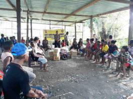 Caption : Kasat Binmas Iptu M. Kari bersama personil ketika menyambangi masyarakat di Distrik Dekai, Rabu (14/11/2018). Foto : Humas/PapuaSatu.com