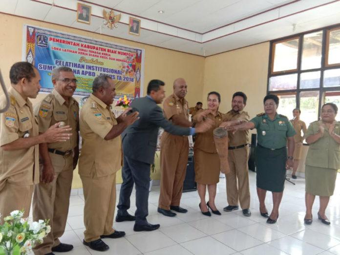 Plt kepala LLK UKM bersama Asisten I dan Kepala Dinas Pariwisata serta stakeholder terkait saat membuka kegiatan pelatihan