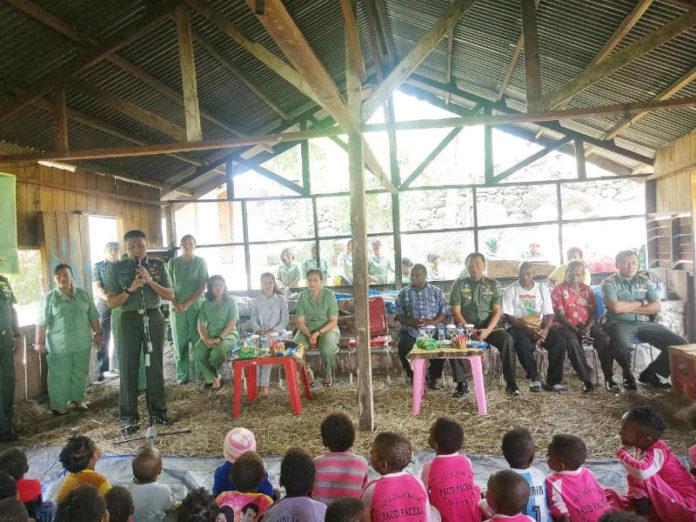 Caption : Dandrem 172/PWY Kolonel Inf Binsar Parluhutan Sianipar, ketika memberikan arahan kepada anak-anak Paud PaCeMa Taruna Sentani, Kamis (1/11/2018) siang. Foto : Tinus Yigibalom/PapuaSatu.com
