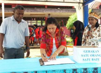 Caption : Pencanangan Pokja SMP Negeri 6 Jayapura yang ditandai dengan pelepasan balon udara dan penandatanganan kerjasama antara pihak sekolah bersama alumni dan orang tua.