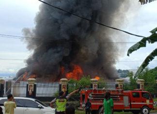 Upaya pemadaman api yang membakar gedung Sasana Krida Kantor Gubernur Papua, Minggu (11/11/2018)