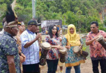 Caption : Bupati Jayapura, Mahius Awoitauw, S.E., M.Si, didampingi Staf Ahli Gubernur Papua, Ani Rumbiak, ketika menekan tombol Sirine dan menabuh Tifa sebagai tanda dibukanya Festival Cycloop 2018
