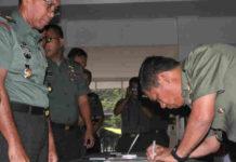 Caption : Pangdam XVII/Cenderawasih Mayjen TNI Yosua Pandit Sembiring, saat menandatangani Fakta Integritas Bebas KKN di Aula Tonny A Rompis, Kamis (13/12/2018) pagi. Foto : Loy/PapuaSatu.com