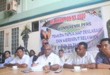 Ketua Relawan PON XX 2020, Arlbertho G Wanimbo bersama pengurus saat memberikan keterangan pers di Kotaraja