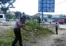 Suasana kerja bhakti yang dilakukan TNI_polri di lingkungan Puskesmas Jayapura Selatan
