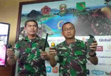 Caption : Kapendam XVII/Cenderawasih, Kolonel Inf M Aidi dan Kapaldam XVII/Cenderawasih Kolonel Cpl Dwi Soemartono, saat menunjukan Granat Asap dan amunisi pelontar granat, sekaligus mengklarifikasi tudingan KKSB yang menyebut bahwa TNI melakukan pemboman di Nduga dengan menggunakan Bom Fosfor. Foto : Ayu Vhino/PapuaSatu.com