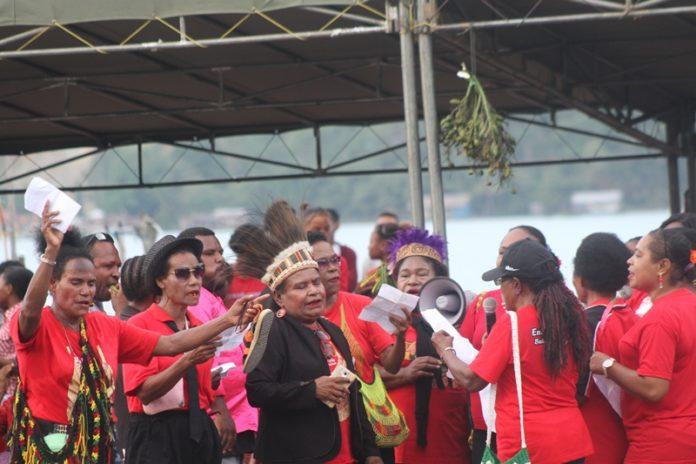 Caption : Suasana peringatan Tradisi Unik Tahunan antara Yo Miye dan Yo Meangge di Kampung Yoka, yang berlangsung, Jumat(18/1/2019). Foto : Ayu Vhino/PapuaSatu.com