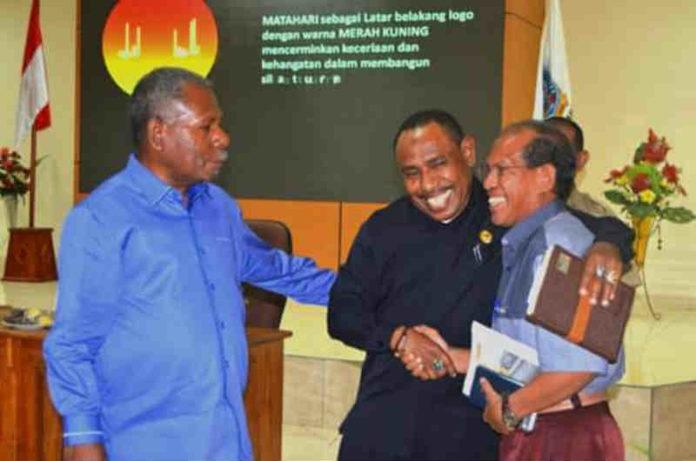 Caption : Bupati Jayapura, Mathius Awoitau, SE, M.Si ketika sedang bercengkerama dengan dua tokoh agama di Sentani, kamis (24/1/2019) siang. Foto : Ist/PapuaSatu.com