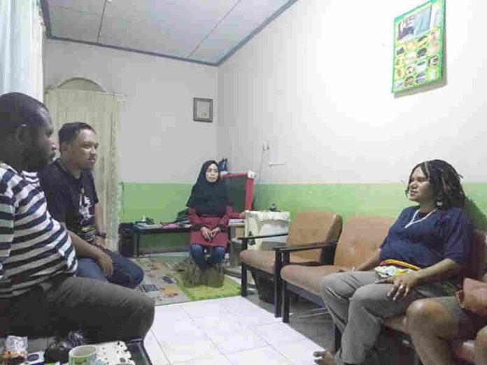 Caption : Tokoh Perempuan Papua, Yakoba Lokbere saat menemui Panji Agung Mangkunegoro di kediamanya, pada Minggu (27/01/2019) malam atas kasus UU ITE yang menimpanya.