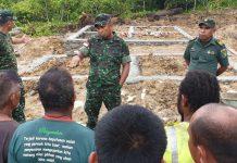 Caption : Komandan Kodim 1701/Jayapura Letkol Inf. Johanis Parinussa saat berdiskusi dengan warga kampung. Foto : Moses Lisapaly/PapuaSatu.com
