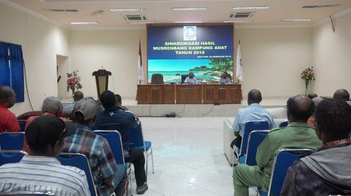Caption : Bupati Jayapura Mathius Awoitauw, ketika memimpin rapat, di aula lantai ll Kantor Bupati Jayapura Gunung Mera Sentani, Jum'at (22/2/2019) siang. Foto : Tinus Yigibalom /PapuaSatu.com