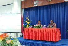 Caption : Kepala Bidang Statistik Distribusi, Bambang Wahyu Ponco Aji, SST, M.Si dan Kepala Badan Pusat Statistik Kota Jayapura, Simon Sapary saat menggelar Press Realese, Jumat (1/3/2019).