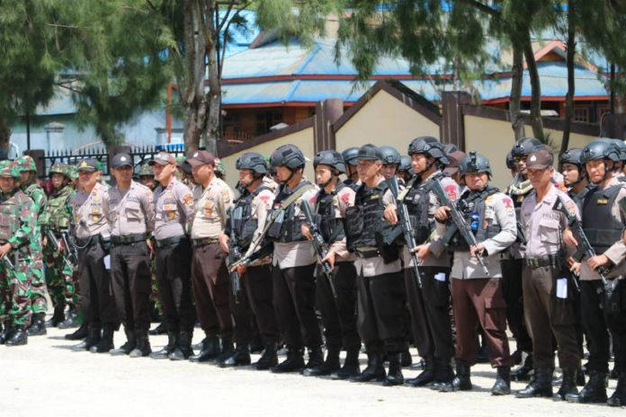 Aparat gabungan TNI dan Polri saat apel gelar pasukan pengamanan Pilkada Paniai