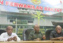 Anggota DPR Papua, Ruben Magay didamping Elvis Tabuni dan Yonas Nussy, saat memberikan keterangan pers di DPR Papua, Senin (6/8/2018
