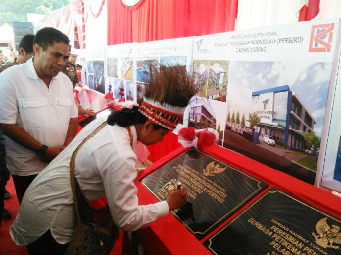 Direktur Utama PT Pelindo IV, Doso Agung mendampingi Menteri BUMN, Rini M. Soemarno meresmikan 16 Proyek Strategis Nasional di Pelabuhan laut Kota Jayapura