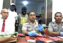 Kapolres Jayapura Kota, AKBP Gustaf R Urbinas saat menunjukkan barang bukti HP milik korban pembunuhan di Lembah Sunyi, Angkasapura, Distrik Jayapura Utara