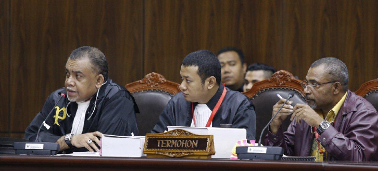 Piter Ell SH sat mendampingi KPU Papua pada sidang Pilkada Kabupaten Tolikara di MK (foto : newswire)