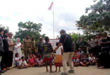 Satgas Binmas Noken bersama anak-anak di kawasan Perbatasan RI-PNG, Sota, Kabupaten Merauke melakukan aktifitas belajar dan bermain yang membawa anak-anak pada rasa cinta para tanah air Negara Kesatuan Republik Indonesia