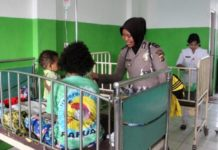 Polwan Polres Jayapura saat menjenguk pasien yang sedang menjalani perawatan di Rumah Sakit Yowari Kabupaten Jayapura, Sabtu (18/08/18)
