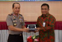 Kapolda Papua Irjen Pol Drs. Boy Rafli Amar, MH, sat menerima plakat dari Pimpinan Wilayah BRI Jayapura I Wayan Nasta saat penandatanganan kerja sama di Aula Rastrasamara Polda Papua, Sabtu (18/8/2018)