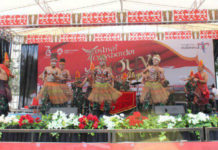 Tarian tradisional khas Batak yang dikolaborasikan dengan tarian khas Papua yang dimainkan sendiri oleh personel Satgas Yonif 121/MK pada vestifal cross border, di Perbatasan RI-PNG, Skow