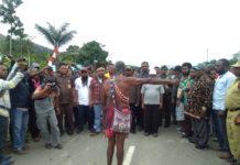 Caption : Masyarakat Adat pemilik hak ulayat saat melakukan prosesi adat menyambut rombongan MRP dan DPR Provinsi Papua Barat. Foto : free/PapuaSatu.com