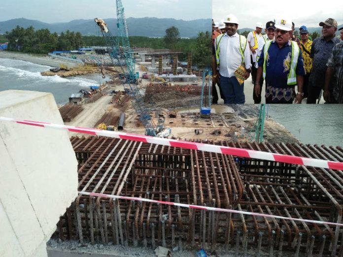 Caption: Gubernur dan Wakil Gubernur Papua, Lukas Enembe, S.IP MH - Klemen Tinal, SE.,MM meninjau lokasi pembangunan jembatan Hamadi - Holtekamp, Kota Jayapura, Jumat (12/10/2018).
