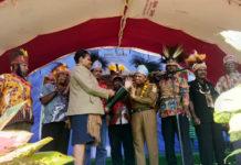 Caption: Bupati Keerom Muh. Markum yang didampingi Ketua-ketua LMA saat memukul tifa tanda pembukaan musyawarah Dewan Adat Keerom.