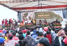 Caption: Penampilan Duta Reggae Indonesia Ras Muhammad yang berhasil menghipnotis pengunjung Crossboreder Festival Keerom.