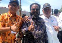 Caption : Anggota DPR RI, Willem Wandik S.Sos (tengah) saat foto bersama di waktu kesempatan